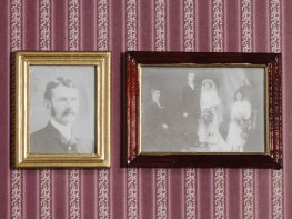 [DB] Family Photos in Wooden Frames
